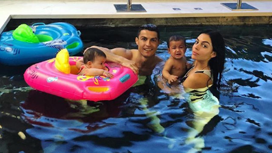 Cristiano Ronaldo nadando con sus hijos y Georgina Rodríguez