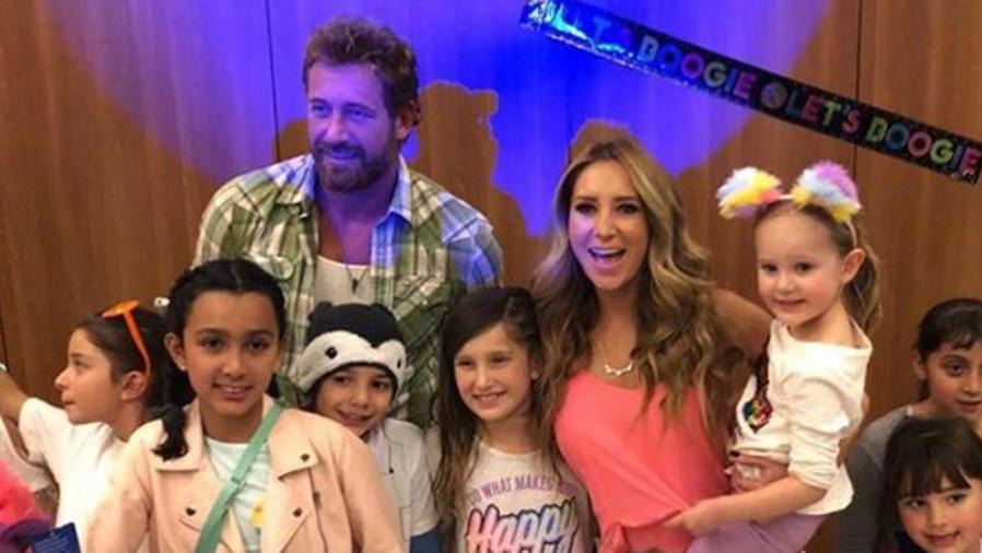 Gabriel Soto y Geraldine Bazán celebrando con sus hijas