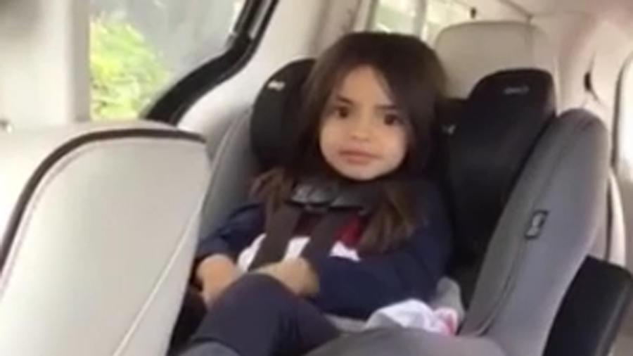 Aitana Derbez sentada dentro del auto