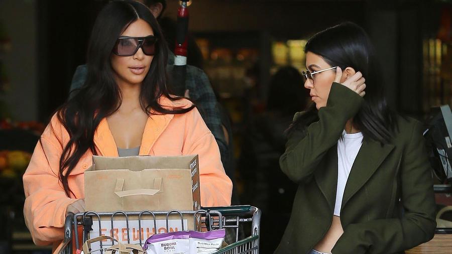 Kim y Kourtney Kardashian en el supermercado