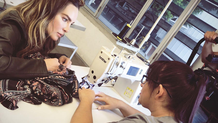 Belinda con artesana colombiana
