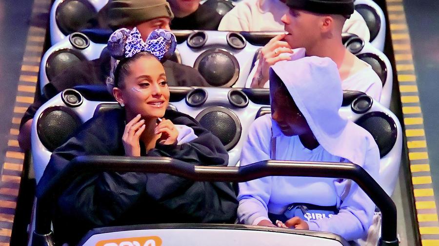 Ariana Grande en la montaña rusa
