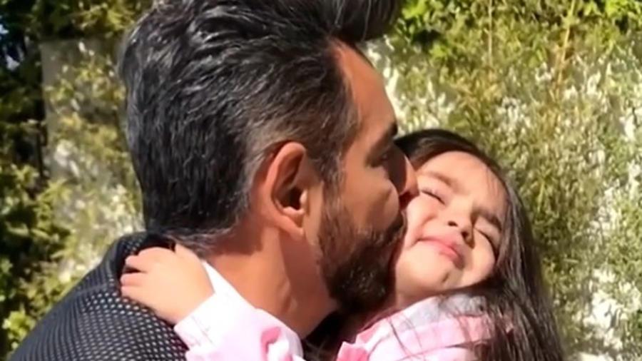 Eugenio Derbez besando a Aitana en la mejilla
