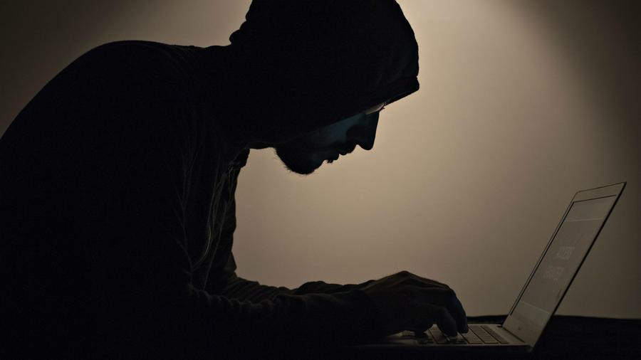 Hombre misterioso con una computadora