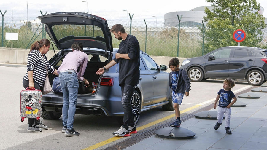 Gerard Piqué en el aeropuerto con sus hijos