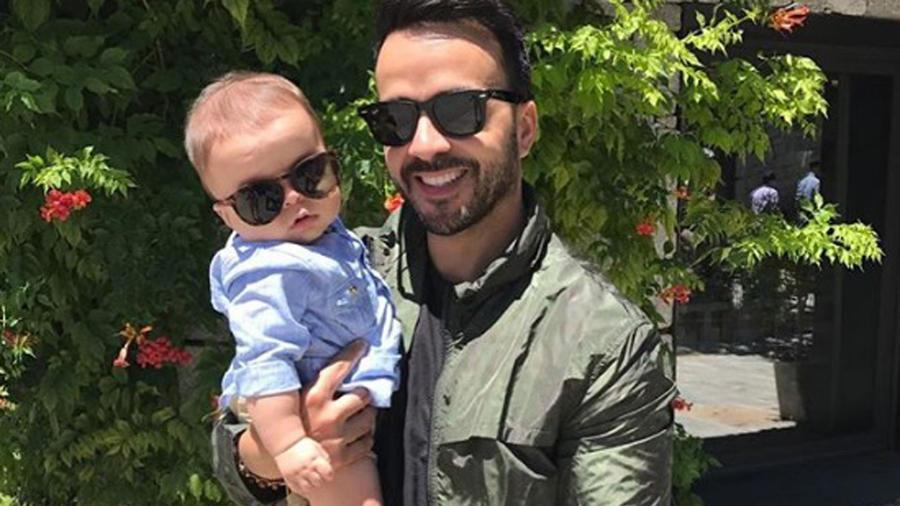 Luis Fonsi cargando a su hijo Rocco