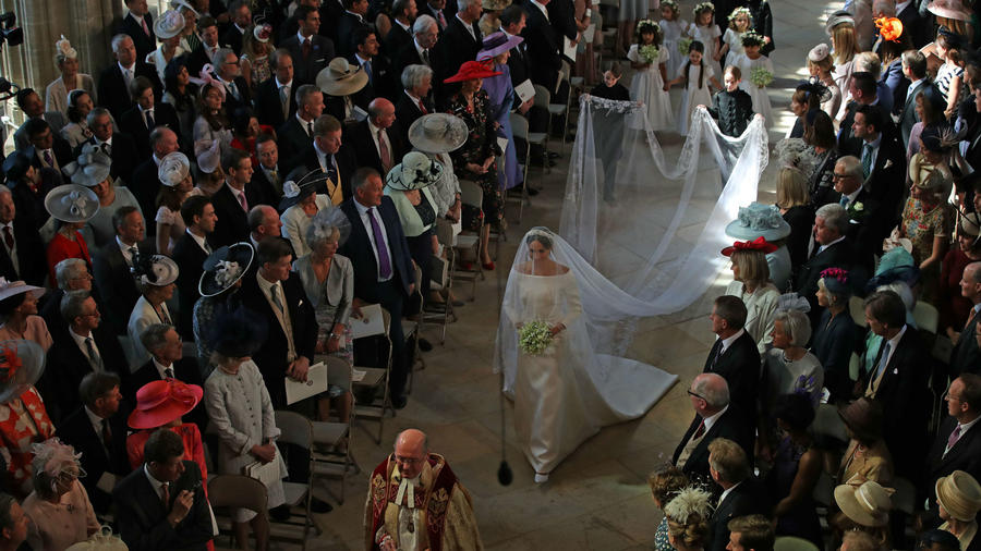Meghan Markle caminando hacia el altar