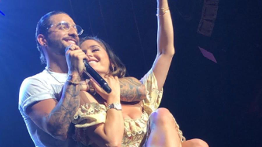 Maluma subió al escenario a su novia y la besó