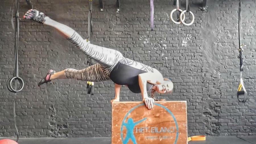 Mujer haciendo ejercicio embarazada