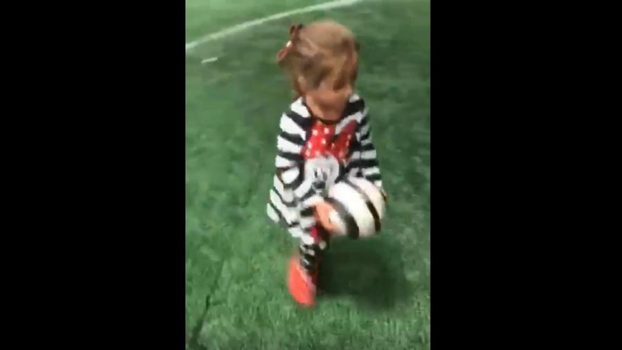 Alaïa jugando futbol