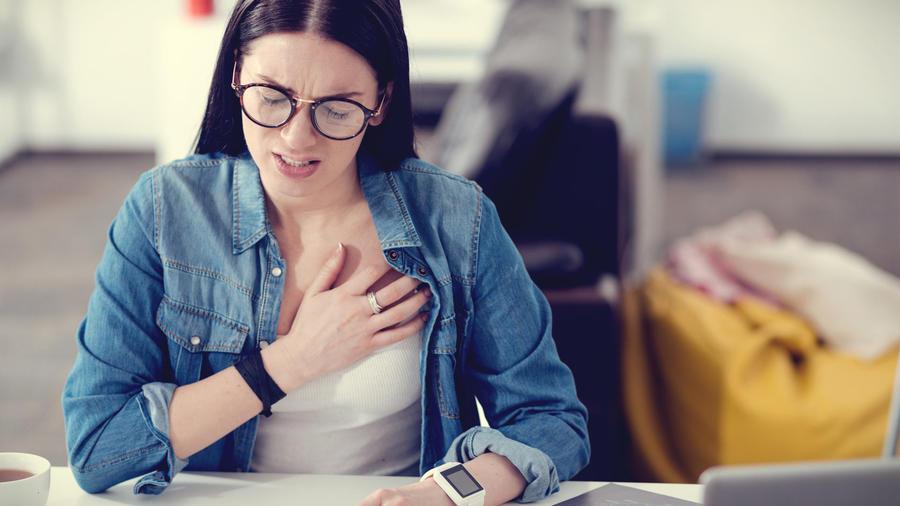 Dolor en el pecho que va y viene: 5 posibles causas