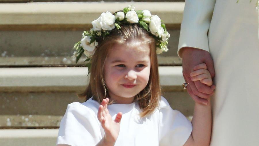 La princesa Charlotte tomada de la mano de su mamá