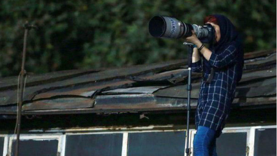 Fotoperiodista en el techo
