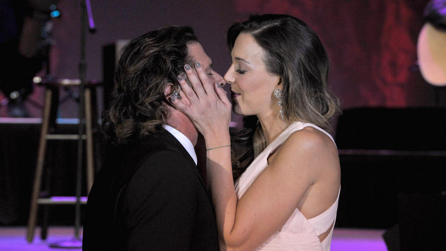 Carlos Vives besando a su esposa