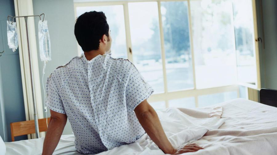 Paciente sentado en una cama