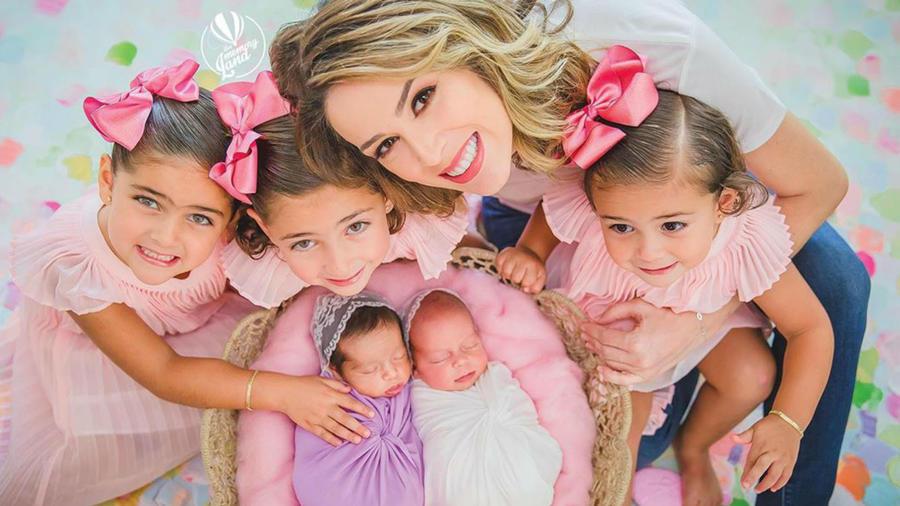 Jacky Bracamontes con todas sus niñas