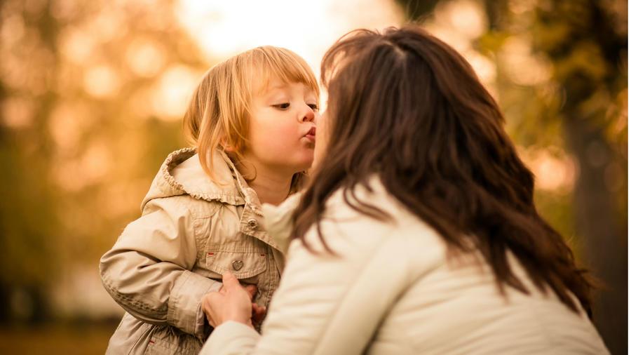 Mamá besando a su hijo