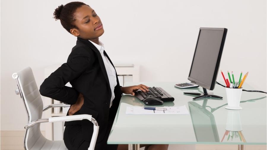 Mujer sentada con dolor de espalda