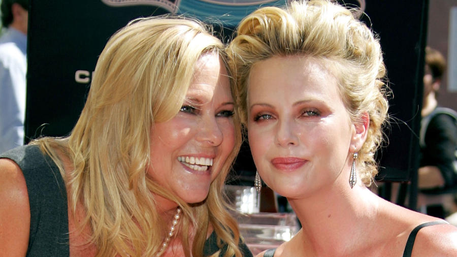 Charlize Theron con su mamá