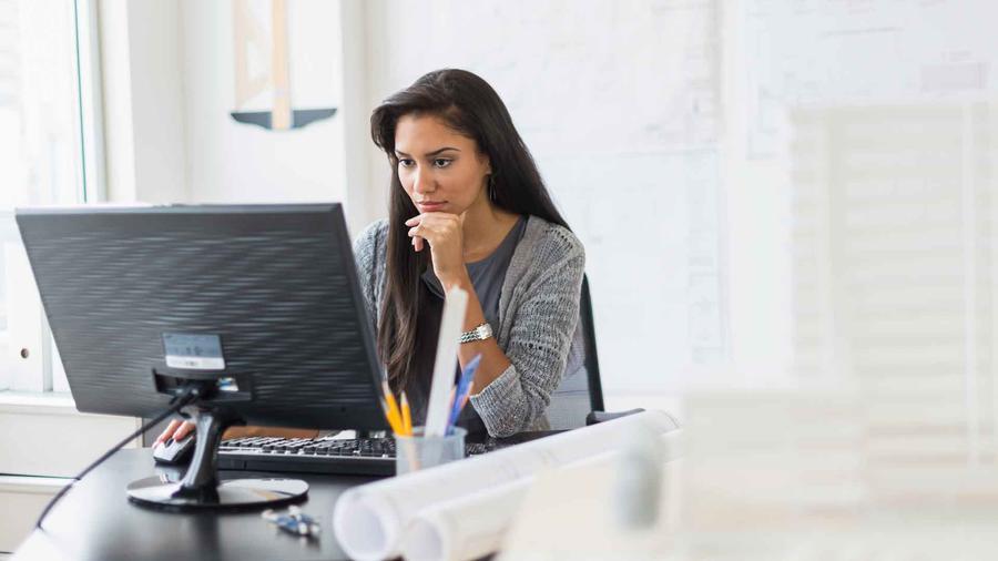Mujer trabajando en la computadora