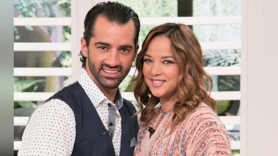 """Toni costa y Adamari López en el retorno de la presentadora al programa """"Un Nuevo Día"""" el 6 de julio de 2015"""