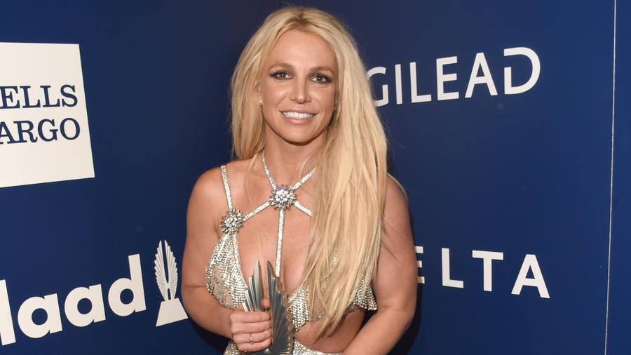 Britney Spears vestido plateado