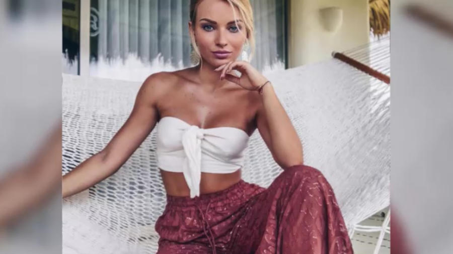 Irina Baeva posando con un top blanco