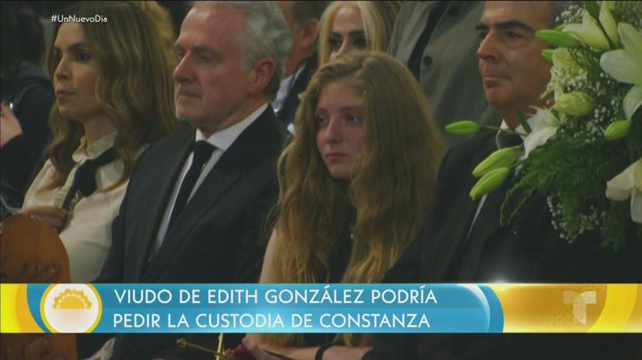 Constanza Creel con su padre y su padrastro en el funeral de Edith González