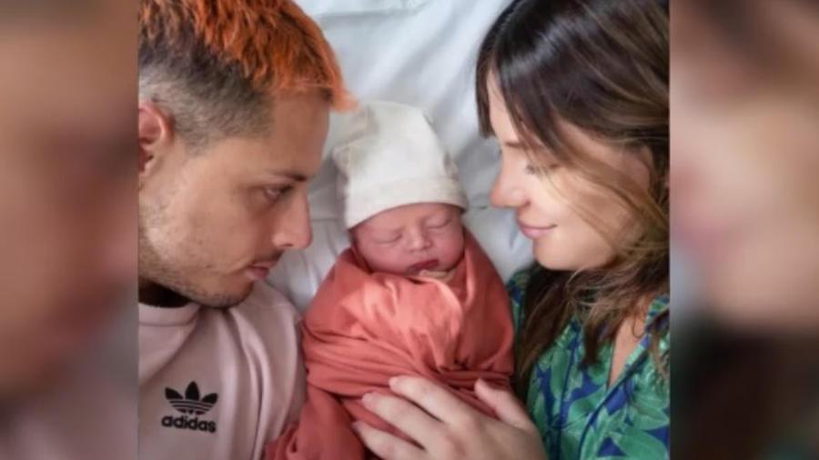 Chicharito Hernández y Sarah Kohan con su bebé Noah