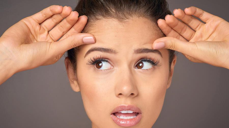 Mujer preocupada por sus arrugas