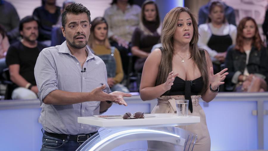 Mujer casada permite que su amigo le haga el Brazilian wax
