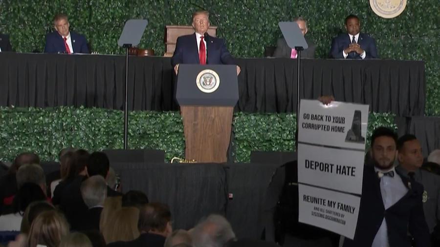 El político Ibraheem Samirah interrumpe el discurso del presidente Donald Trump en Jamestown (Virginia).