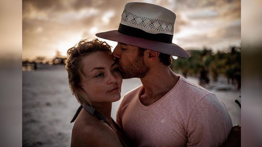 Angelique Boyer y Sebastián Rulli en la playa