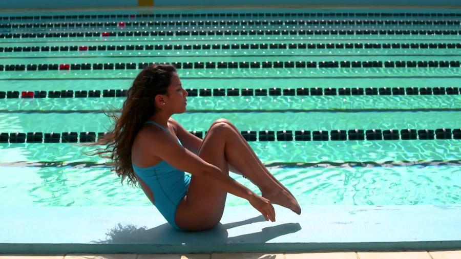 Génesis Veliz entrenando al lado de una piscina
