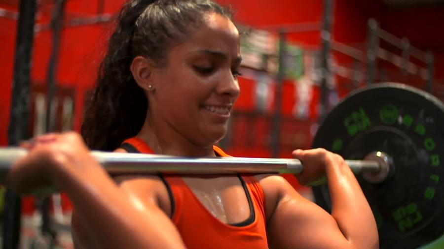 Jasmin Ibarra levantando pesa