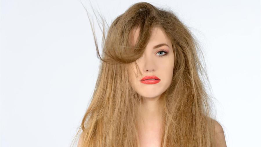 Mujer con el cabello dañado