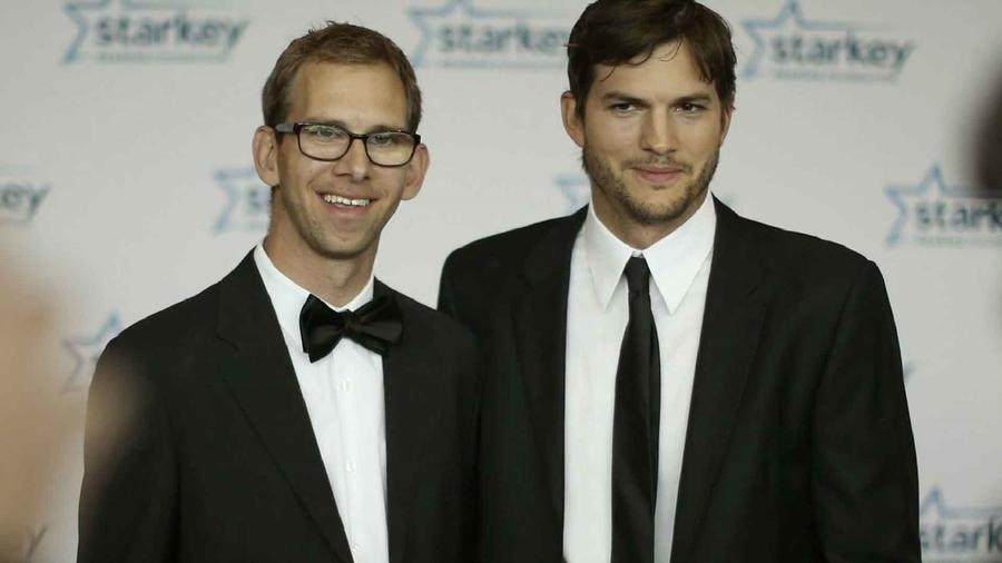 Ashton Kuther y su hermano gemelo, Michael Kutcher