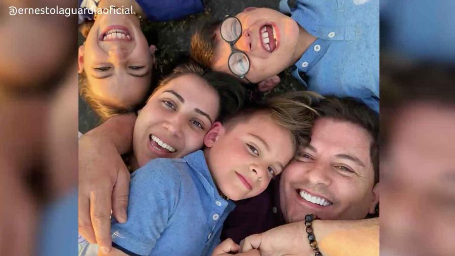 Ernesto Laguardia con su esposa e hijos