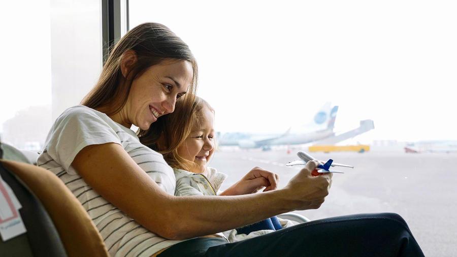 Mamá con su hija en el aeropuerto