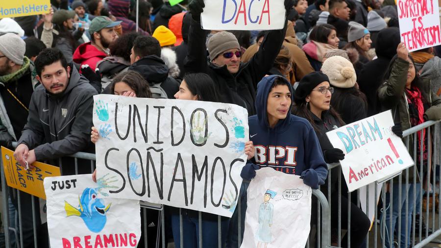 Dreamers protestas frente a la Corte Suprema a favor de DACA.