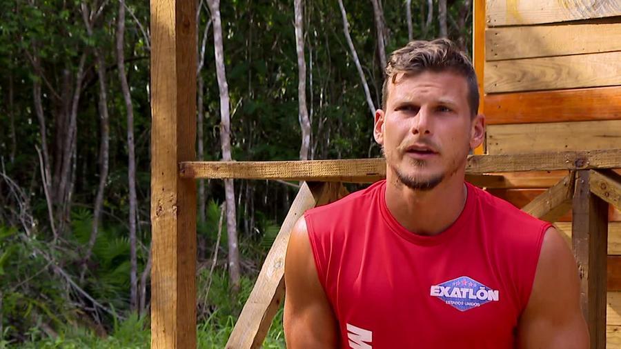 Mack sentado afuera de la Cabaña en entrevista