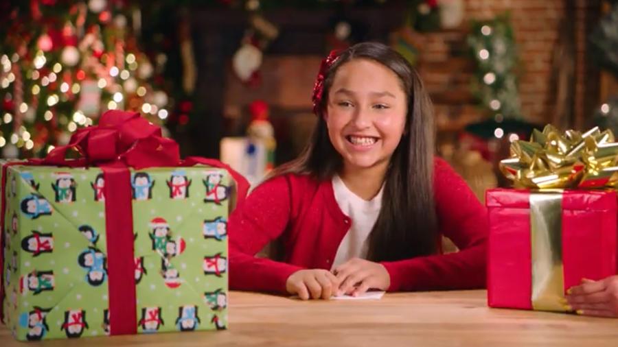 Niñas con regalos de Navidad