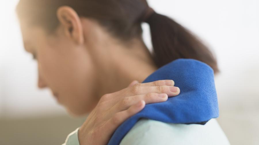 Mujer con dolor de hombro