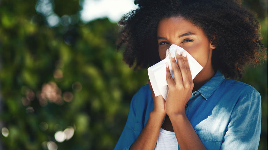 Mujer limpiando su nariz
