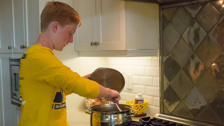 Adolescente cocinando