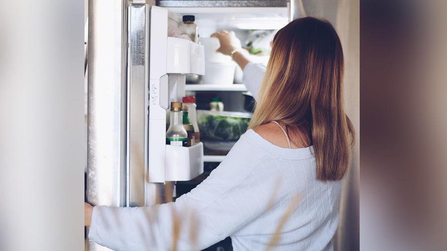 Mujer y refrigerador