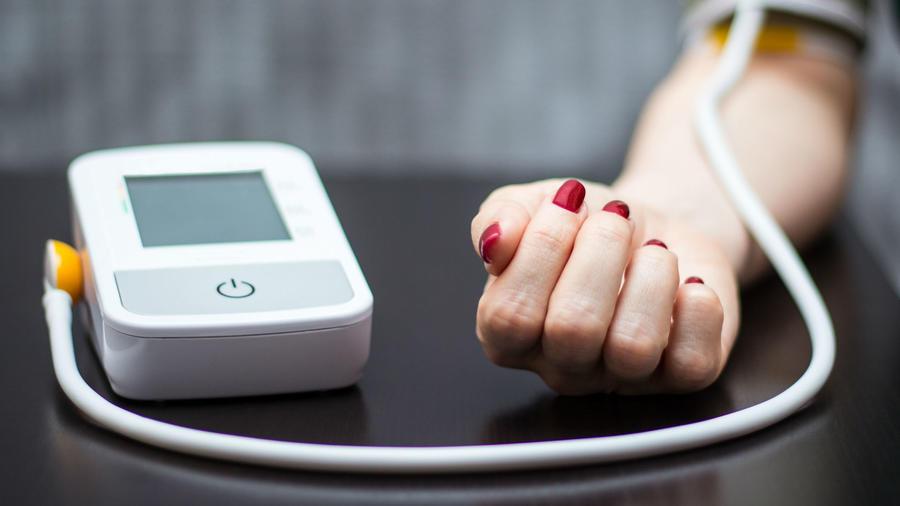Mujer midiendo su presión arterial
