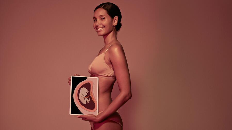 Mujer con imagen de embarazo