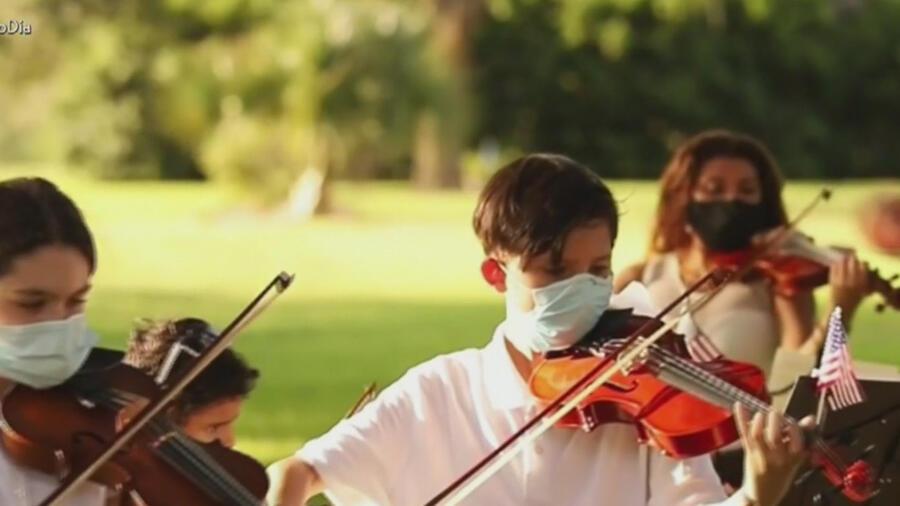 Niños tocando el violín