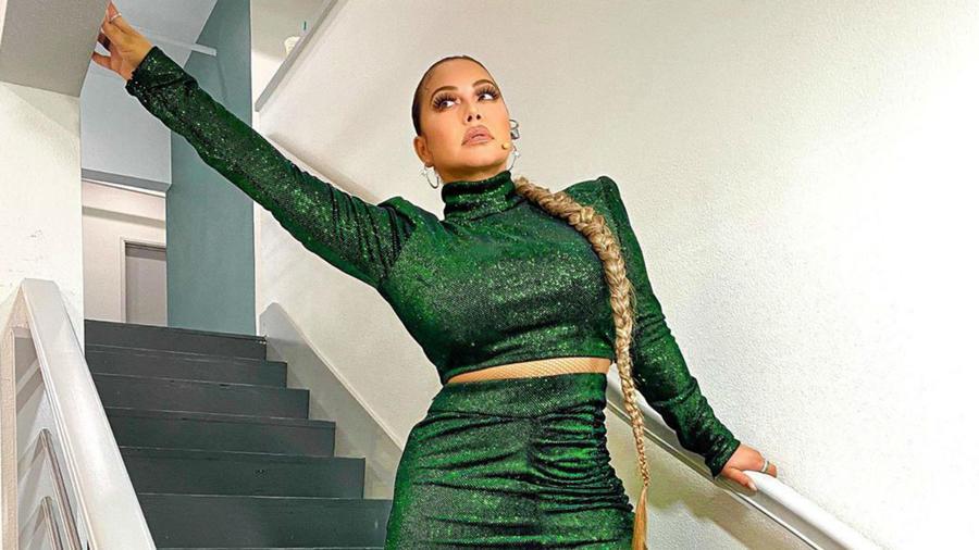 Chiquis Rivera con vestido verde